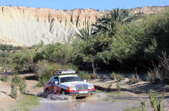 Cruzando un rio con un Mercedes